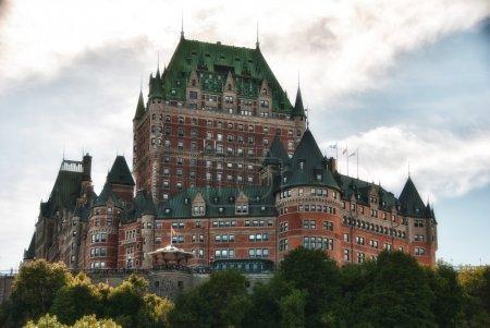 Photo pour Majesté du château de frontenac, vue de dessous, ville de Québec - image libre de droit