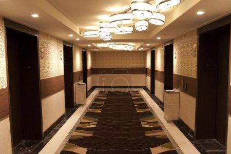 Photo pour Un hall d'ascenseur qui mène à la chambre d'hôtel - image libre de droit
