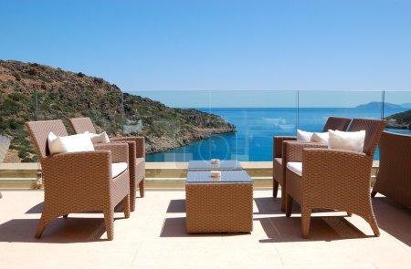Photo pour Espace de détente de vue mer de luxe hôtel, Crète, Grèce - image libre de droit