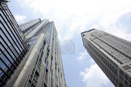 Photo pour Gratte-ciel en Chine contre les nuages - image libre de droit