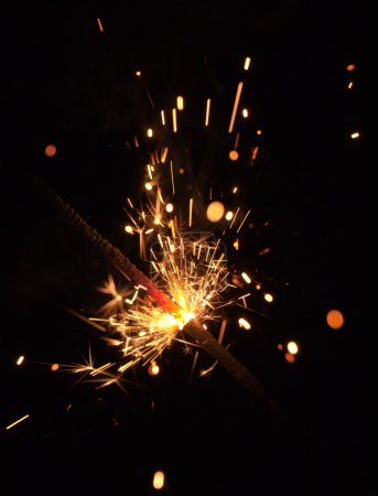 Photo pour Étincelles de feu du Bengale sur fond noir gros plan - image libre de droit