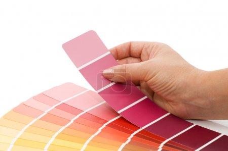 Frauenhand zeigt auf ein Muster-Farbdiagramm