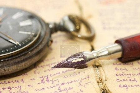 Stare listy i pióra jako tło