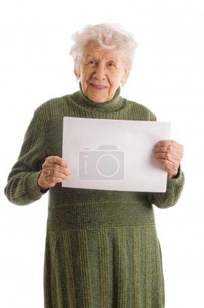 Photo pour Portrait d'une femme âgée heureuse tenant un panneau d'affichage vierge sur fond blanc - image libre de droit