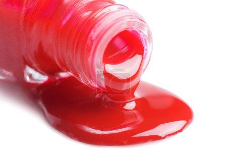 Photo pour Vernis à ongles rouge isolé sur fond blanc - image libre de droit