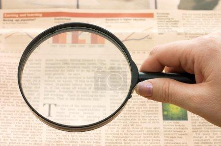 Photo pour Agrandissement du verre à la main et du texte - fond de l'entreprise - image libre de droit