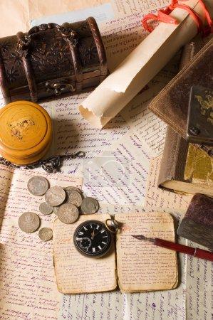Photo pour Vieilles lettres avec diverses choses - image libre de droit