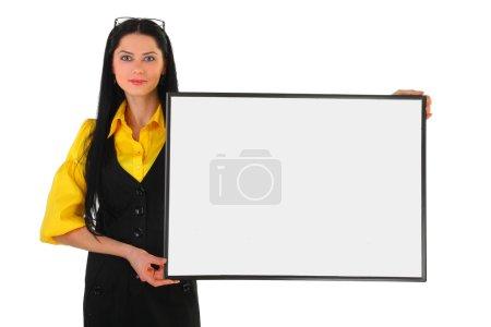 Photo pour La jeune femme d'affaires sourit debout avec un panneau publicitaire dans les mains sur un fond blanc - image libre de droit