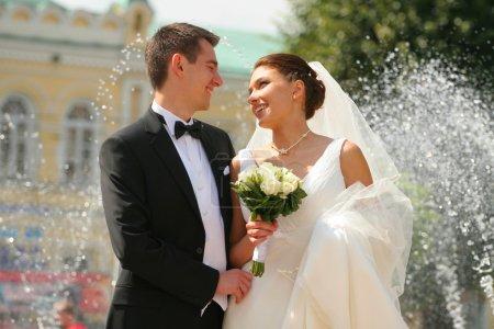 Photo pour Bouquet de mariée de roses blanches. couple d'amoureux sur un fond. - image libre de droit
