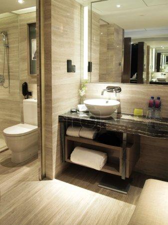 Photo pour WC (toilettes) dans la chambre d'hôtel de luxe - image libre de droit