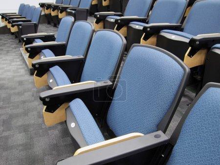 filas de sillas en auditorio