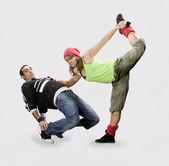 Teenageři tančí breakdance v akci