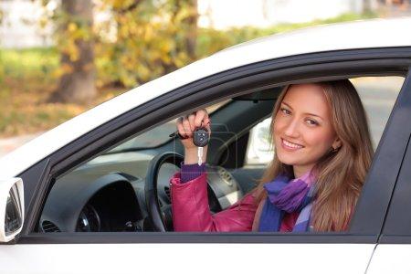 Photo pour Heureux propriétaire d'une voiture neuve. - image libre de droit