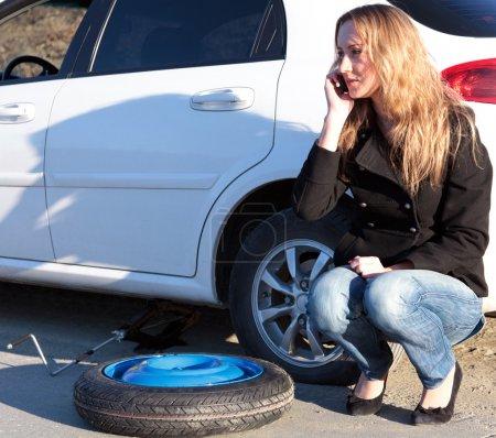 Photo pour Femme avec des voitures endommagées, appelant à l'aide. - image libre de droit