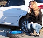 žena s poškozeným vozem volající o pomoc