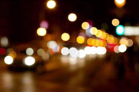 Photo pour Hors des lumières de mise au point d'une rue dans la nuit - image libre de droit
