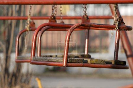 Foto de Primer plano de edad columpios en el parque - Imagen libre de derechos