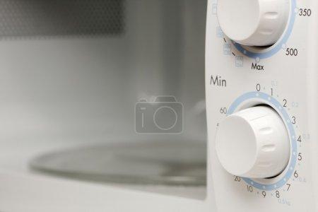 Photo pour Four à micro-ondes avec porte ouverte - image libre de droit