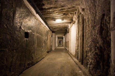 Photo pour Corridor dans la mine de sel de Wieliczka. Pologne - image libre de droit