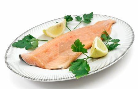 Photo pour Assiette avec filet de truite de saumon, persil et citron isolé sur blanc avec chemin de coupe - image libre de droit