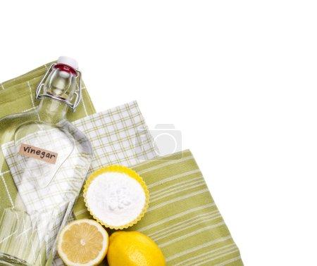 Photo pour Citrons, bicarbonate de soude et le vinaigre sont autant de façons respectueuses de l'environnement naturel pour nettoyer votre maison. - image libre de droit