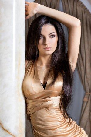 Photo pour Belle femme à la mode près de la colonne - image libre de droit