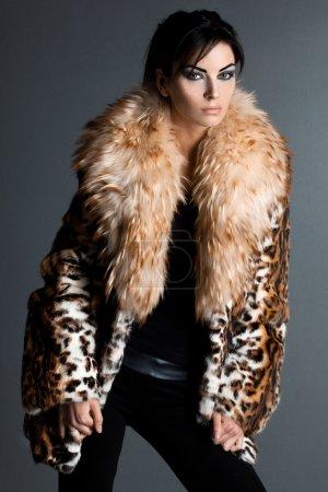 Photo pour Belle femme à la mode en manteau de fourrure - image libre de droit