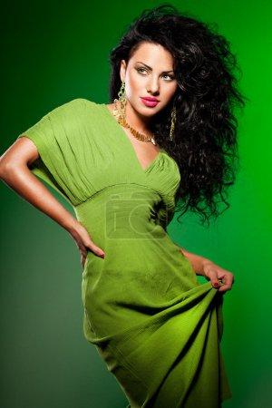 Photo pour Femme à la mode élégante sur vert - image libre de droit