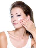 žena použitím hydratační krém na obličej