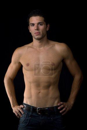 Photo pour Jeune homme sensuel sur fond noir - image libre de droit