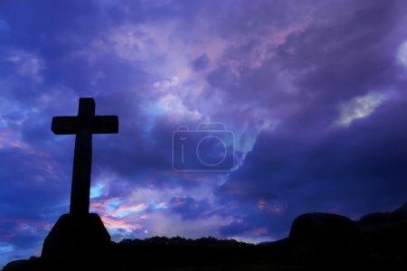 Photo pour Traverser la silhouette et les nuages au coucher du soleil - image libre de droit