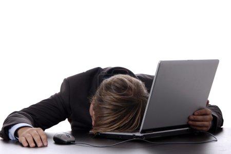 Photo pour Jeune homme d'affaires dormant sur l'ordinateur portable - image libre de droit