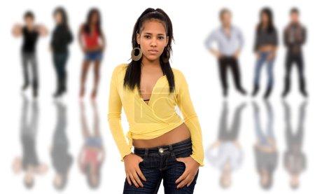 Photo pour Belle jeune fille africaine devant un groupe de, isolée - image libre de droit