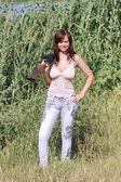 Krásná mladá dívka s pistolí