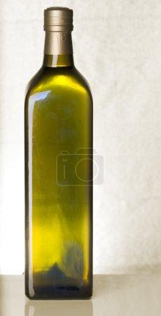 Foto de Aceite de oliva botella Bodegón sobre fondo de color sepia - Imagen libre de derechos