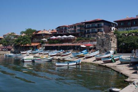 Photo pour Bateaux sur mouillage de la ville de villégiature, Nessebar, Bulgarie - image libre de droit