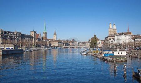 Photo pour La rivière Limmat et célèbres églises de zurich, Suisse - image libre de droit