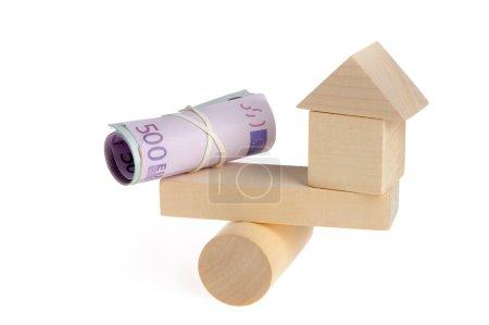 Photo pour Argent et jouet maison . - image libre de droit