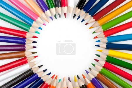 Photo pour Cercle de crayons de couleur. Il est isolé sur fond blanc - image libre de droit