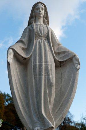 Photo pour Monument Dame de Guadalupe sur un cimetière. Depuis sa création en 1787 Lychakiv cimetière Lvov, Ukraine - image libre de droit