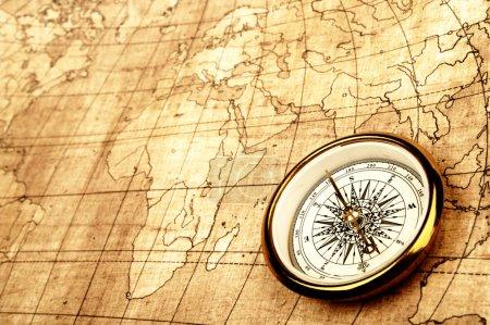 Photo pour Boussole sur l'ancienne carte. Or ton de couleur chaud - image libre de droit
