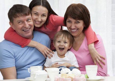 Foto de Familia de generación multi feliz sentados juntos - Imagen libre de derechos