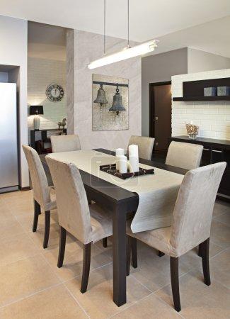 Photo pour Vue verticale d'une salle à manger moderne - image libre de droit