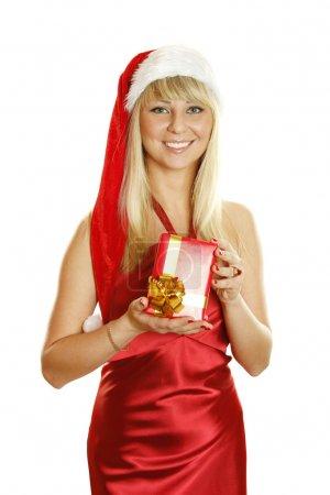 Photo pour Belle fille dans une robe rouge et chapeau de Père Noël avec une boîte-cadeau. Beaucoup d'espace de copie et de place pour le texte sur cet isolat - image libre de droit