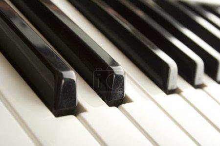 Photo pour Close-up de clavier de synthétiseur. piano noir et blanc - image libre de droit