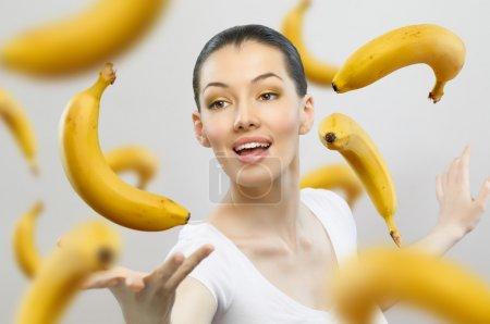 Foto de Una chica con una banana madura amarilla - Imagen libre de derechos