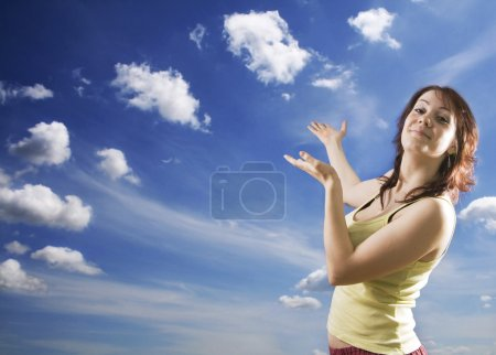 Photo pour Exprimant des bras de femme levés vers le ciel. - image libre de droit