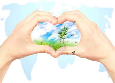 Photo pour Main de l'homme et la nature sur fond de carte mondial. symbole de l'environnement. collage. - image libre de droit