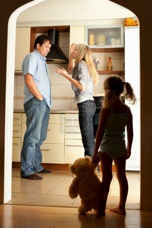 Photo pour L'enfant regarde les parents jurants - image libre de droit