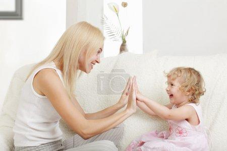 Photo pour Mère heureuse avec une fille à la maison - image libre de droit
